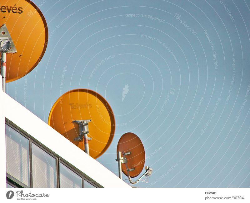 drei mal rund Himmel orange Wellen Fassade Kreis Dach rund Technik & Technologie Kommunizieren Fernsehen Verbindung Teller Radio Antenne Fernseher Anschluss