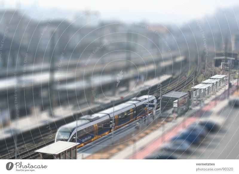 Miniaturisiertes IV Straße PKW Verkehr Eisenbahn Spielzeug Gleise Bahnhof Parkplatz Bahnsteig Bielefeld Modellbau