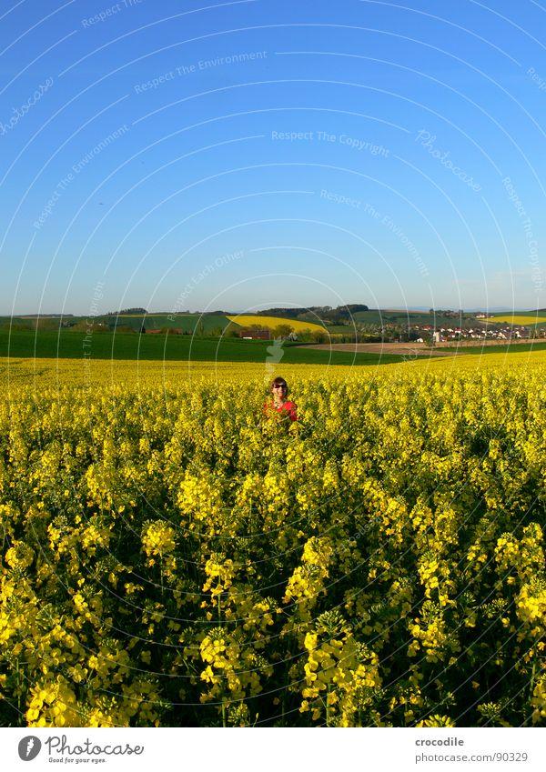 Yellow love Frau Himmel Freude Landschaft gelb Wiese Frühling Freiheit klein lachen Feld Freizeit & Hobby stehen süß Streifen Schönes Wetter