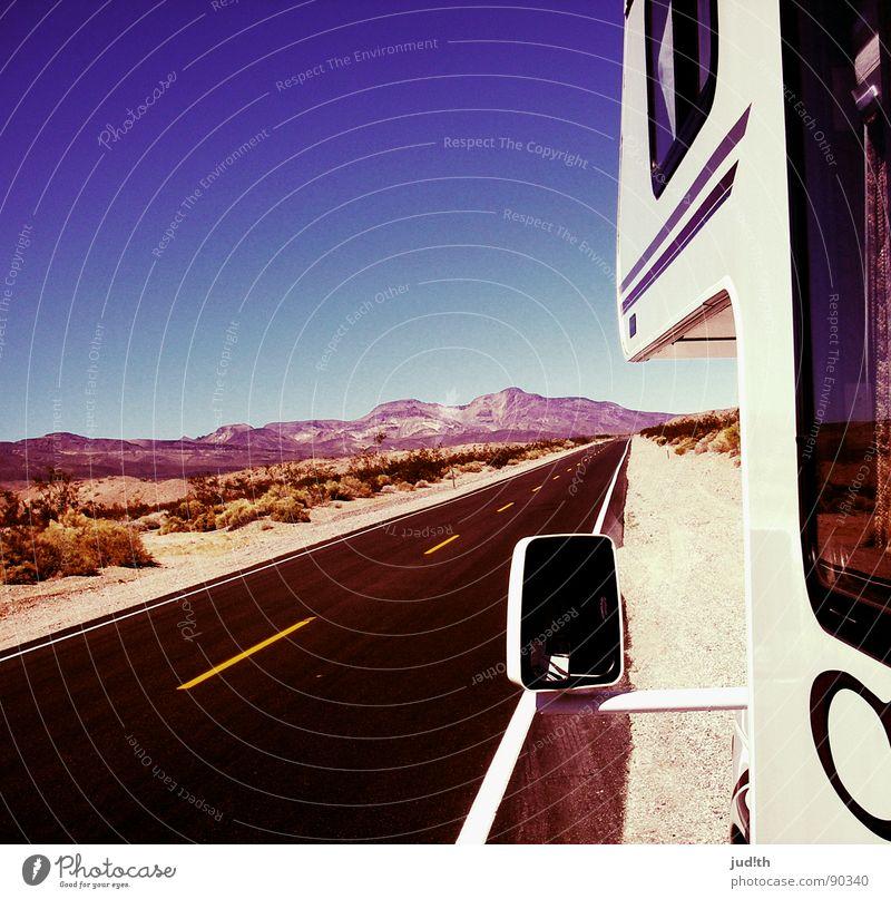 völlig neben der Spur Wohnmobil Wohnwagen Horizont Ferien & Urlaub & Reisen unterwegs Rückspiegel Spuren schwarz gelb weiß geradeaus Fahrzeug Teer Asphalt