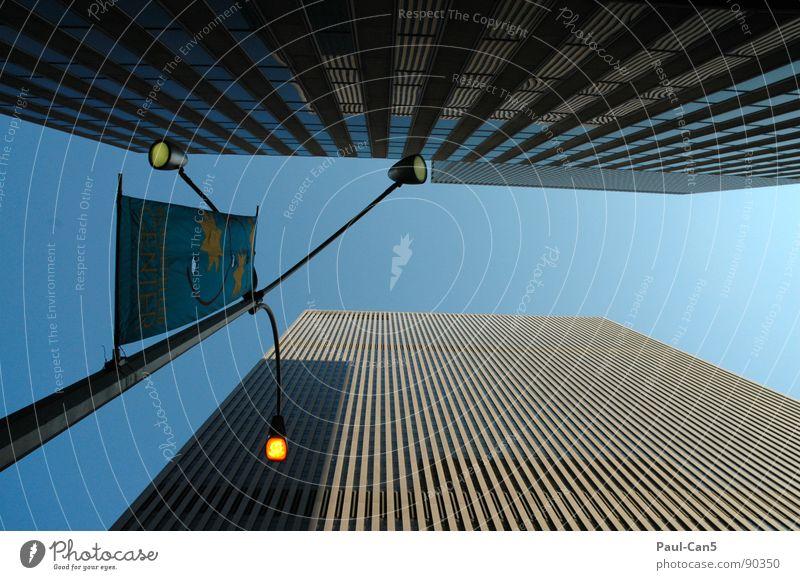 höhenangst New York State New York City extrem Hochhaus eng Raster Koloss Macht beängstigend Straßenbeleuchtung Froschperspektive Architektur hoch Niveau