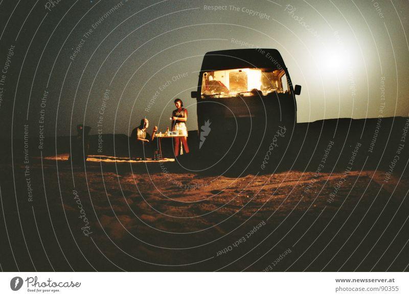 BBQ im Sand Camping Einsamkeit Nacht Langzeitbelichtung Dauerlicht Libyen Wüste Mond