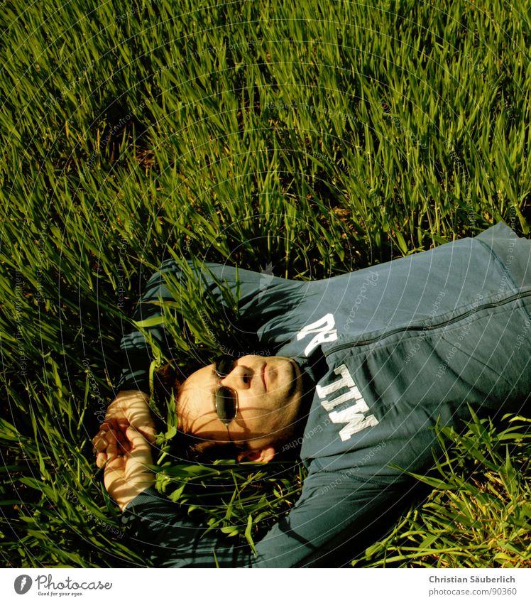 ENJOY SPRING grün blau ruhig Erholung Gras Frühling Zufriedenheit frei schlafen genießen Sonnenbrille Unbekümmertheit friedlich Frühlingsgefühle Halbschlaf