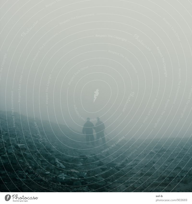 Mensch Ferien & Urlaub & Reisen Berge u. Gebirge Leben Senior Wege & Pfade Tod Zeit Paar Freundschaft Zusammensein Luft trist Nebel wandern laufen
