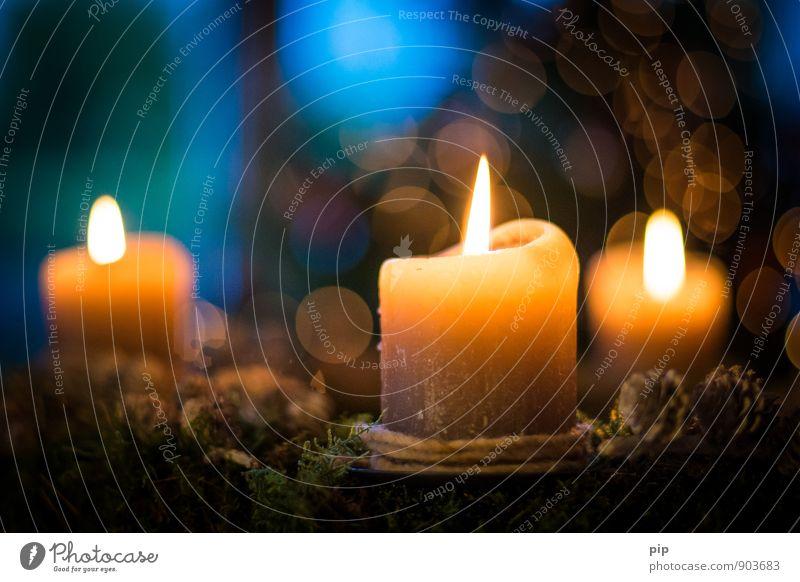 3. advent Kerze Kitsch Krimskrams Wärme blau gelb Romantik Weihnachten & Advent Kerzenschein Unschärfe glänzend festlich Dekoration & Verzierung Adventskranz