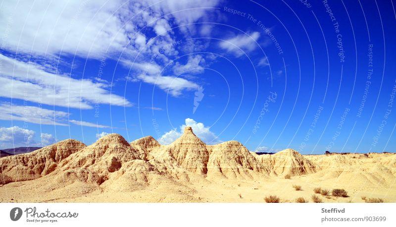 Bardenas reales wandern Landschaft Sand Himmel Wolken Horizont Sommer Wärme Dürre Felsen Berge u. Gebirge Schlucht Wüste Durst Fernweh Einsamkeit Abenteuer