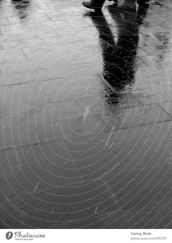 Hallenser Platte Schnee grau Fuß Regen trist Spiegel Verkehrswege feucht Lagerhalle Markt Plattenbau Granit