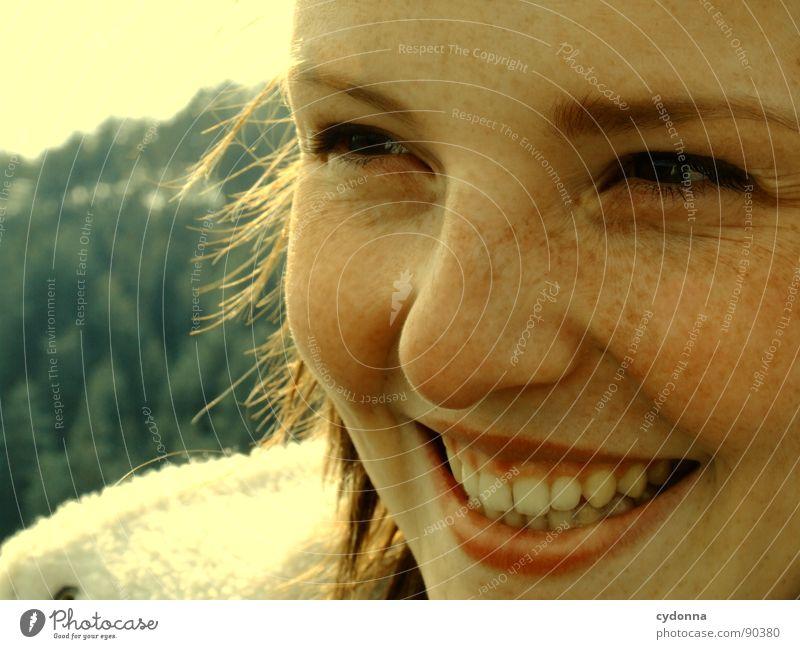 lachend Frau Stimmung Porträt Fröhlichkeit Laune Gefühle sympathisch Momentaufnahme Licht Aktion Mensch grinsen Natur Aussicht Freude Schönes Wetter Glück Wärme