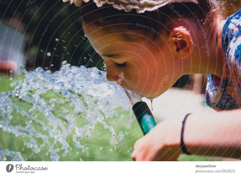 Durst ist schön... Mensch Kind weiß Wasser Sommer Mädchen Freude feminin Gesundheit Garten Kopf Park Kindheit Trinkwasser genießen Mund