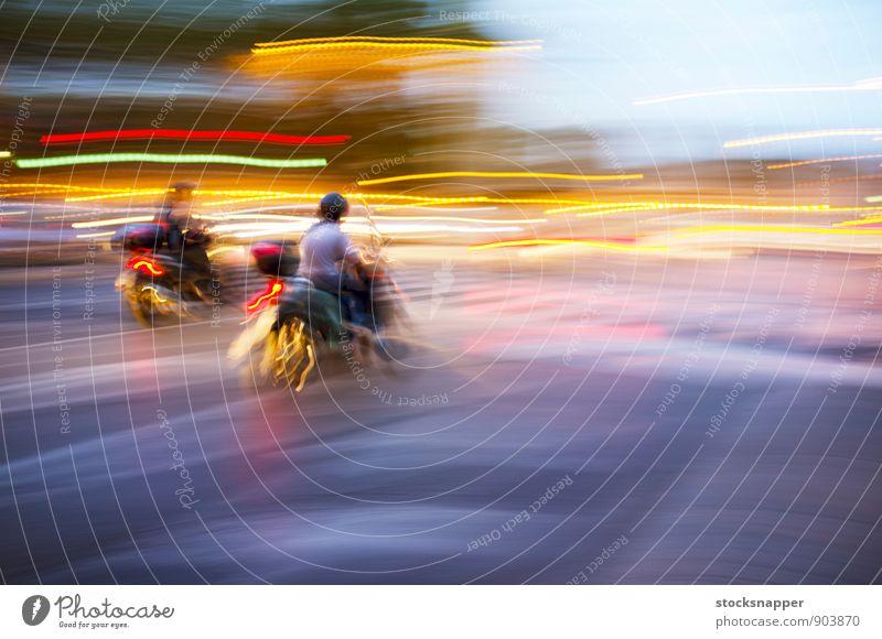 Roller Kleinmotorrad Fahrzeug Unschärfe Bewegung Verkehr Geschwindigkeit Rom Italien Stadt Licht Straße Fahrrad abstrakt Stadtleben Reiten schnell Mensch Reiter