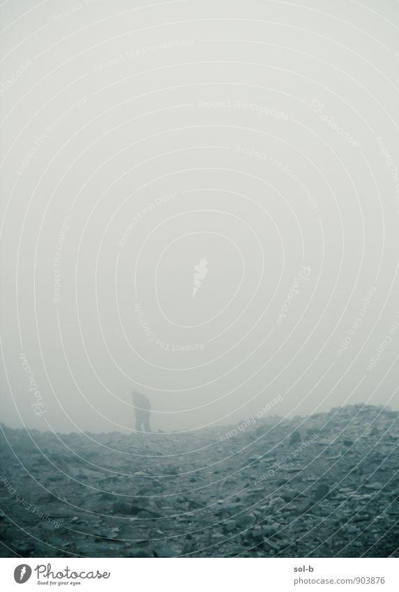 Mensch Himmel Natur Mann Einsamkeit Umwelt Berge u. Gebirge Leben Traurigkeit Senior Wege & Pfade Tod Felsen Luft Nebel trist