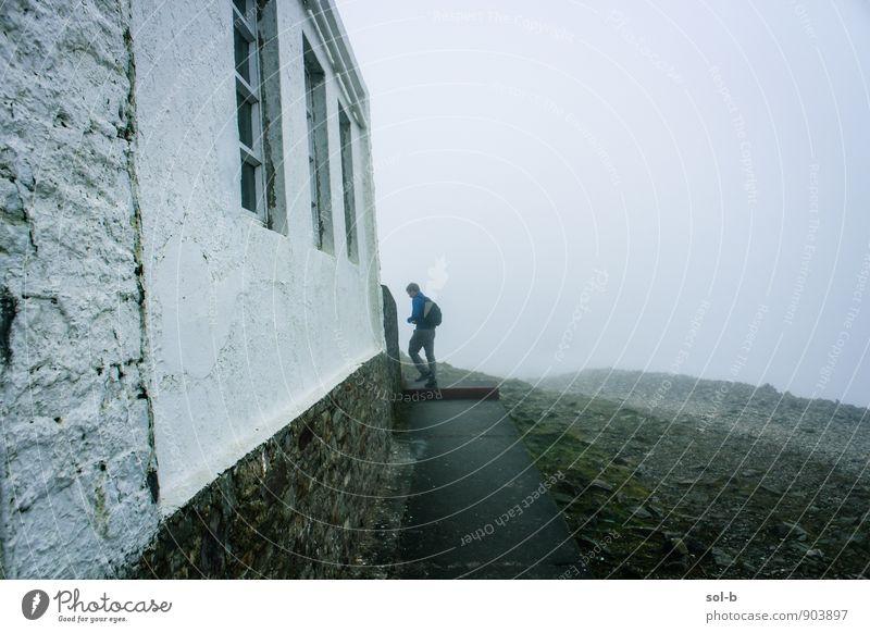 Mensch Natur Ferien & Urlaub & Reisen Jugendliche alt Einsamkeit Landschaft Haus Junger Mann 18-30 Jahre Umwelt Fenster Berge u. Gebirge Erwachsene Wand Leben