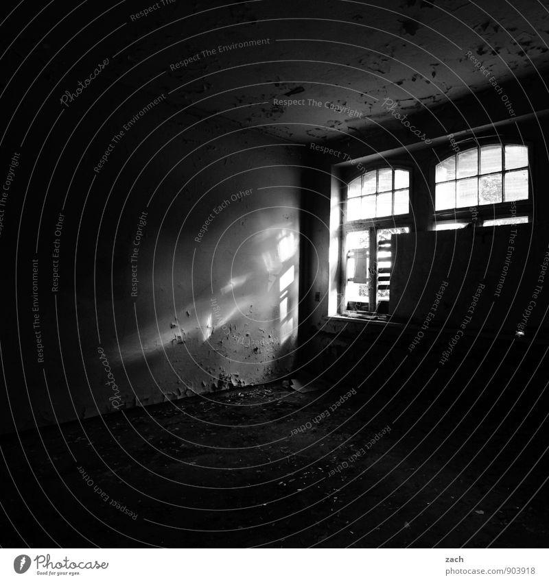 Schwarzlicht alt weiß Haus schwarz Fenster Wand Innenarchitektur Architektur Mauer Gebäude Fassade Wohnung Häusliches Leben kaputt Vergänglichkeit Verfall