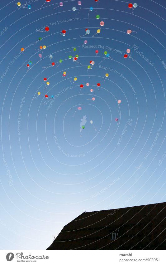 da fliegen sie... Zeichen mehrfarbig Luftballon Himmel (Jenseits) blau Haus Hochzeit Wunsch Stimmung Ferne Höhe Farbfoto Außenaufnahme Luftaufnahme Tag