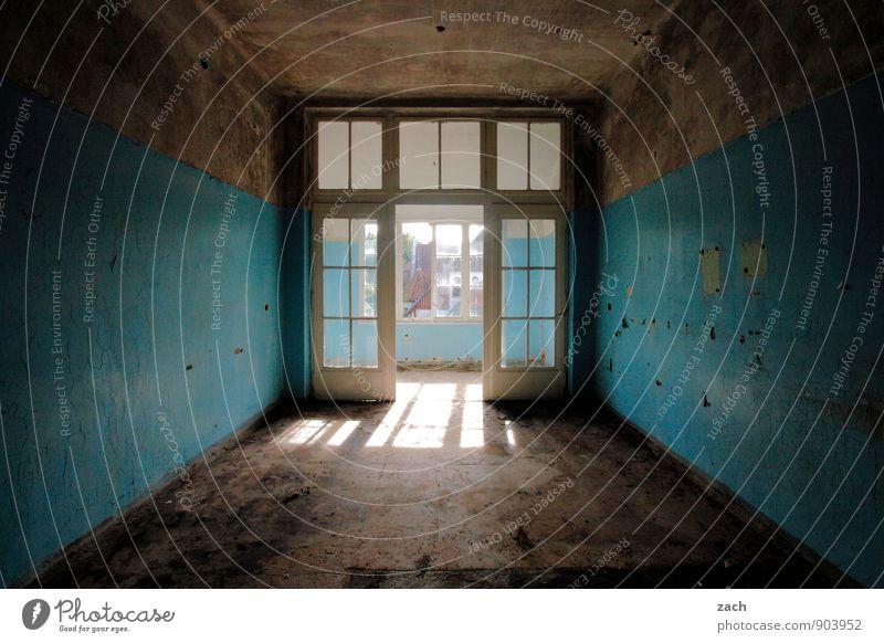 Lightroom Haus Ruine Gebäude Mauer Wand Balkon Fenster Tür Häusliches Leben alt dunkel blau Verfall Vergänglichkeit Zerstörung kaputt zerstören Sonnenlicht