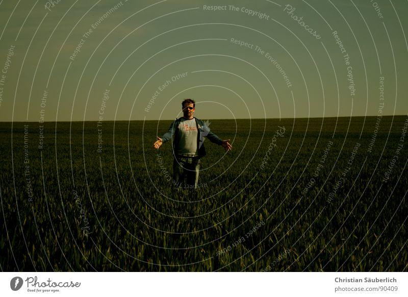 TADAAA Mann Himmel grün blau Wiese Gras Feld Horizont Jeanshose