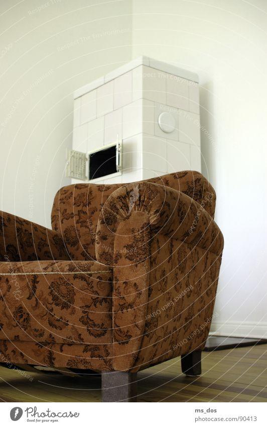 Stuhl und Kamin alt retro Vergänglichkeit Möbel Wohnzimmer Langeweile DDR vergangen bleich Sessel früher