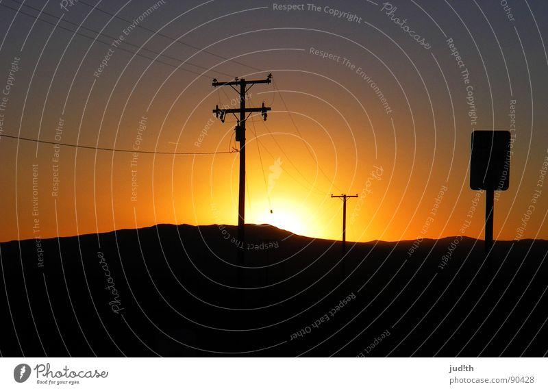 Sunset Boulevard Sonnenuntergang violett rot gelb mehrfarbig Elektrizität Strommast Amerika Nacht dunkel Horizont schwarz Himmel Vergänglichkeit Romantik USA