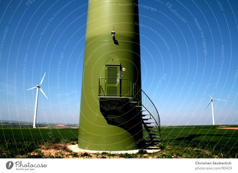 BIG BROTHER Eingang Lampe Beton Sockel Feld Wiese grün Eingangstür Wendeltreppe Industrie Windkraftanlage Treppe Turm Betonsockel blau Stahltür Tür Foster