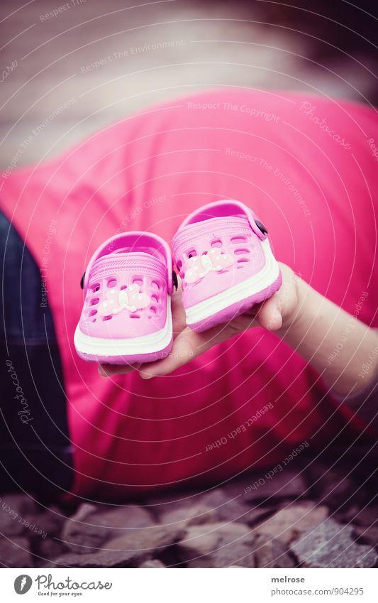 Babyalarm Mensch feminin Frau Erwachsene Eltern Mutter Arme Hand Finger werdene Mutter 1 30-45 Jahre Babyschuhe Crocks Schwangere schwanger Mutterschaft