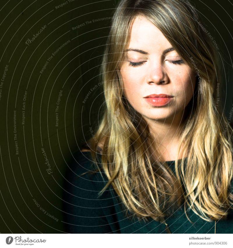 when I sashay Mensch Frau Jugendliche grün Erholung Junge Frau Einsamkeit ruhig 18-30 Jahre Erwachsene Gesicht feminin natürlich Haare & Frisuren Glück Kopf