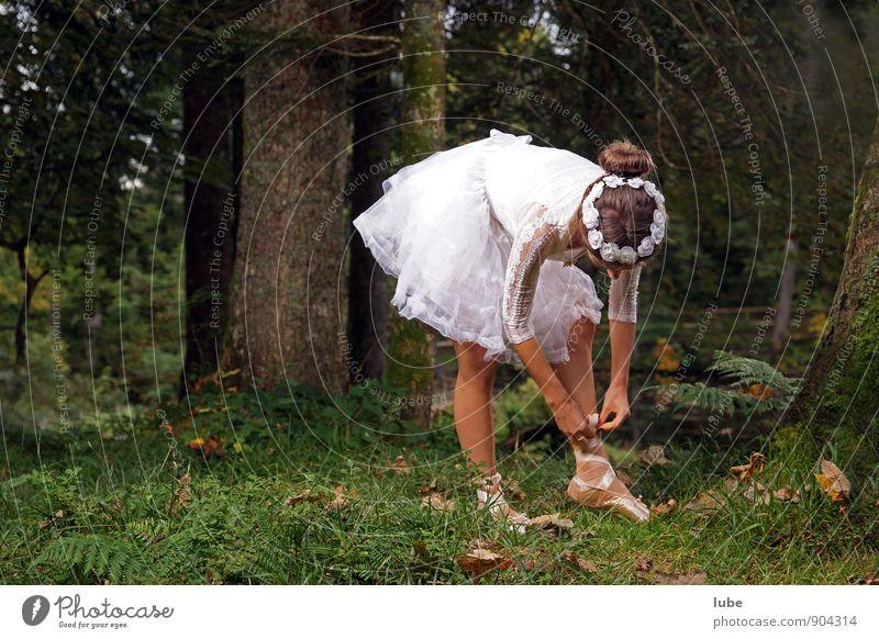 Ballerina im Wald schön Tanzen feminin Junge Frau Jugendliche 1 Mensch 18-30 Jahre Erwachsene Tänzer Balletttänzer Natur weiß Farbfoto Außenaufnahme