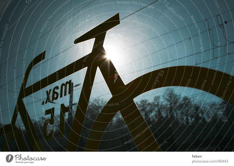 DER SONNE ENTGEGEN Fahrrad Piktogramm Eisenbahn Fenster Fensterscheibe Sommer springen Himmel Baum Elektrizität elektronisch Gegenlicht Licht