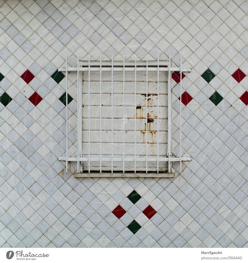 chiuso Rimini Italien Haus Hütte Bauwerk Gebäude Mauer Wand Fenster eckig retro grau grün rot Gitter Rost Sicherheit geschlossen Fensterladen Fliesen u. Kacheln
