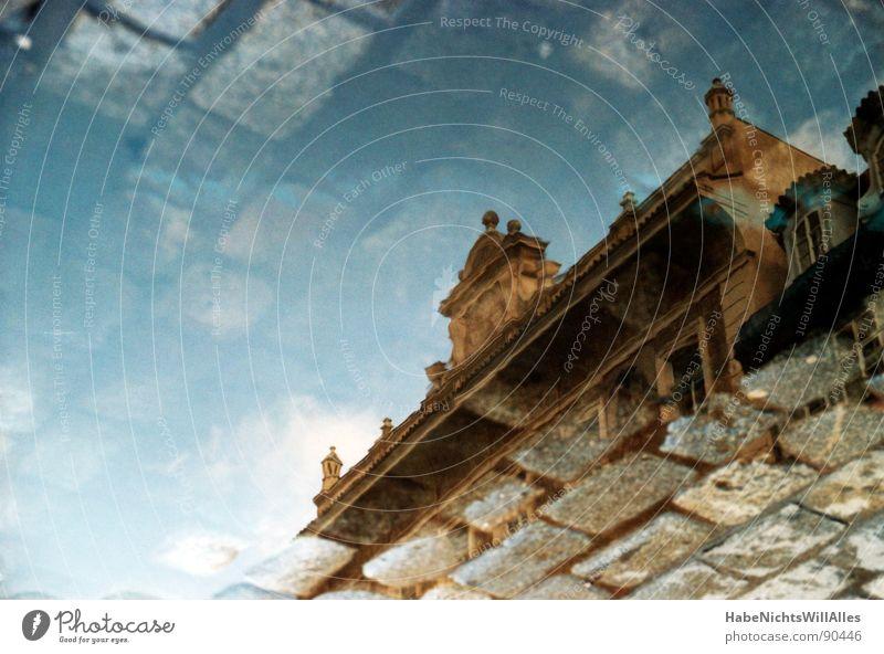 Achtung! Pfütze... Wasser Himmel blau Gebäude nass Fassade historisch feucht Pflastersteine Täuschung Prag Dachgiebel