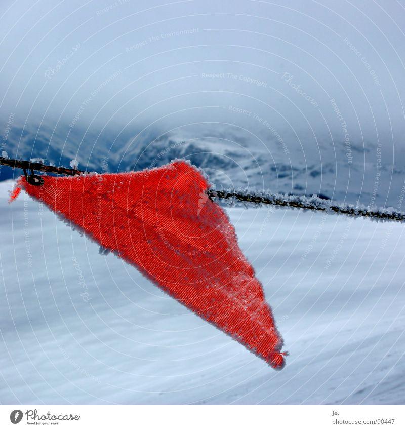 Fähnchen im Wind rot Wolken Berge u. Gebirge Alpen Skifahren Fahne Grenze Frankreich schlechtes Wetter Absturzgefahr