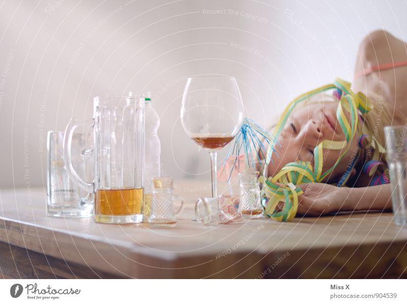 und die Party ging ab..... Mensch Frau Jugendliche Junge Frau 18-30 Jahre Erwachsene Gefühle feminin Feste & Feiern Stimmung Glas Getränk schlafen trinken Wein