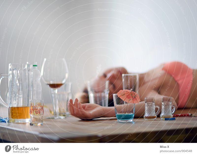 Rausch Mensch Jugendliche Junge Frau 18-30 Jahre Erwachsene Gefühle Feste & Feiern Stimmung Party Körper Glas Getränk trinken Wein Bier Rauschmittel