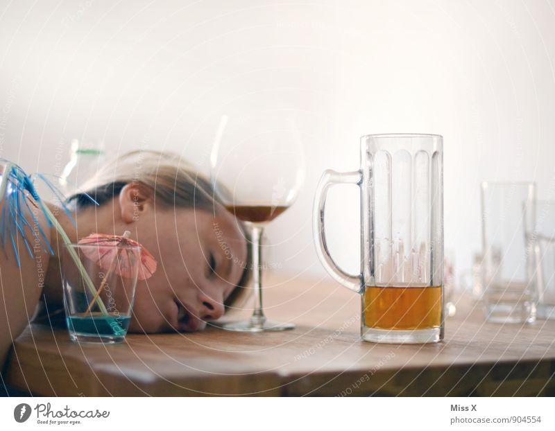 Hangover Munich Oktoberfest Mensch Frau Jugendliche 18-30 Jahre Erwachsene Gefühle feminin Feste & Feiern Stimmung Kopf Party träumen Glas Getränk schlafen