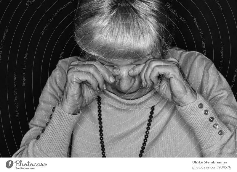 Weinende Seniorin reibt sich die Augen Mensch feminin Frau Erwachsene Weiblicher Senior Mutter Großmutter Leben 1 60 und älter Pullover Schmuck Halskette