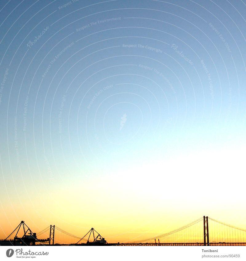 O céu de Lisboa Lissabon Hängebrücke Silhouette Portugal Brücke Hafen Himmel Abend 25.April leer