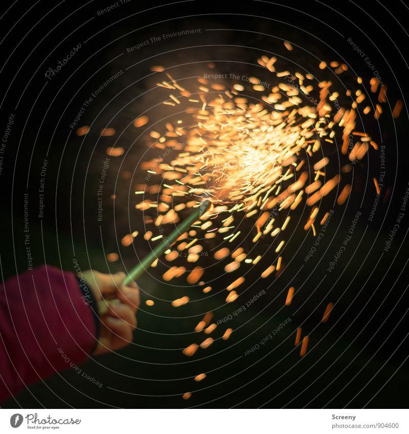 300 | Sprühende Funken Kind Hand Feuerwerk Feste & Feiern glänzend heiß hell gelb gold Freude Begeisterung Silvester u. Neujahr Farbfoto Außenaufnahme