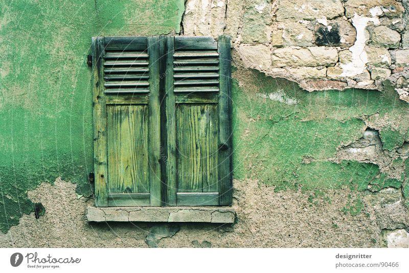 abgefärbt quer Fenster Fensterladen Holz grün Mauer Putz Ton-in-Ton zerbröckelt Ruine Holzmehl Detailaufnahme Farbe Holzbrett Stein alt window shutter color