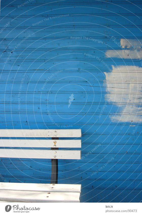 BLAUER MONTAG blau weiß Linie Renovieren Bildausschnitt Anschnitt Sanieren Farbfleck Holzwand Anstrich Holzbank kobaltblau