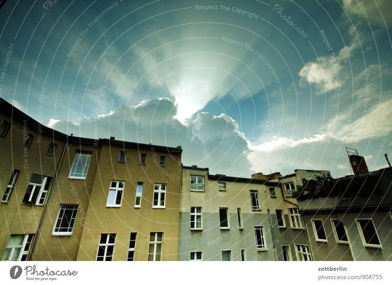 Wolken Himmel Abend Feierabend Haus Wohnhaus Wohnhochhaus Wohngebiet Mehrfamilienhaus Fassade Fenster Häusliches Leben Hinterhof hinten Gasse Rückansicht