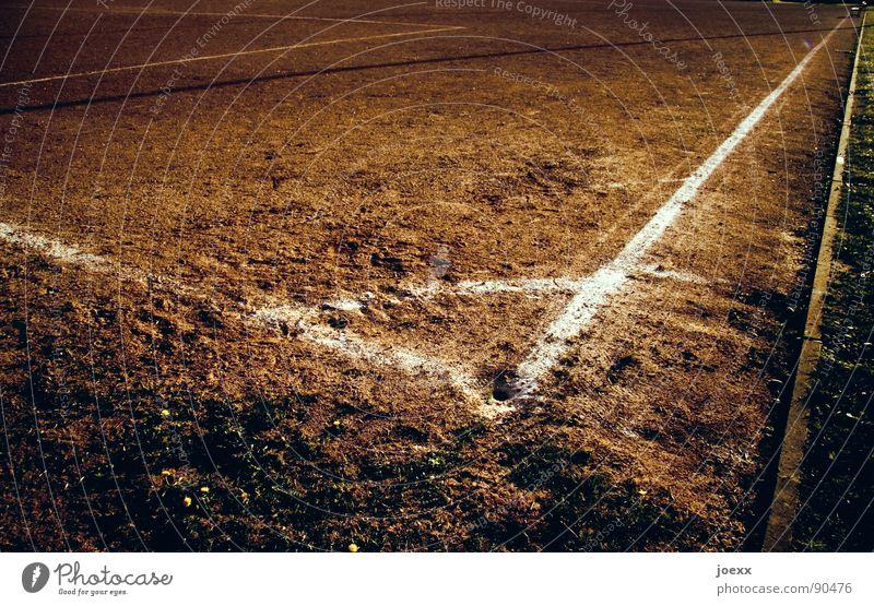 90 ° Ecke braun Eckstoß Erdloch Feld Fußballplatz Hartplatz Platz Am Rand Sandplatz dreckig Spielen Sportplatz Staub staubig Streifen trocken Dürre Wüste