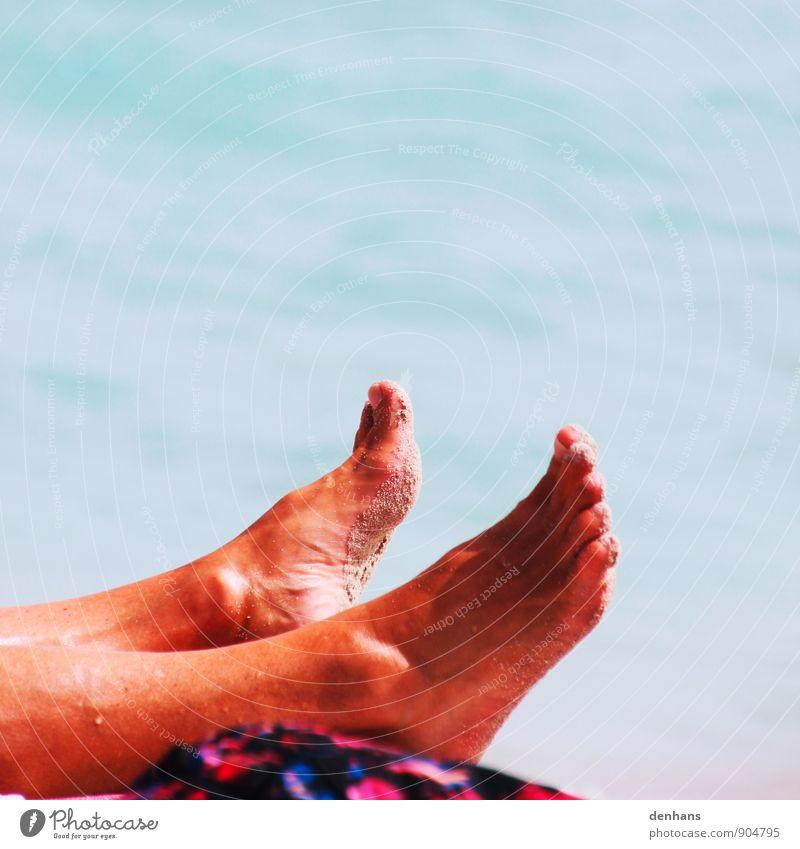 einfach in der Sonne liegen Ferien & Urlaub & Reisen nackt Sommer Erholung Meer ruhig Strand Sand braun Fuß glänzend Freizeit & Hobby Zufriedenheit nass