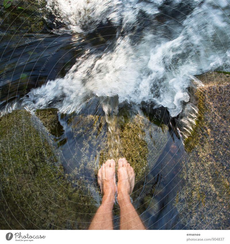 Wasserfallfüße Mensch Natur Ferien & Urlaub & Reisen Mann Sommer Erholung Landschaft Freude kalt Erwachsene Leben Gefühle Stil Freiheit Beine