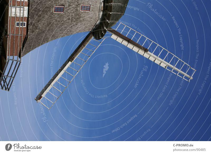 Don Quijotes Achse des Bösen Mühle Windkraftanlage Mehl Müller Fenster Handwerk historisch Himmel blau Sancho Pansa