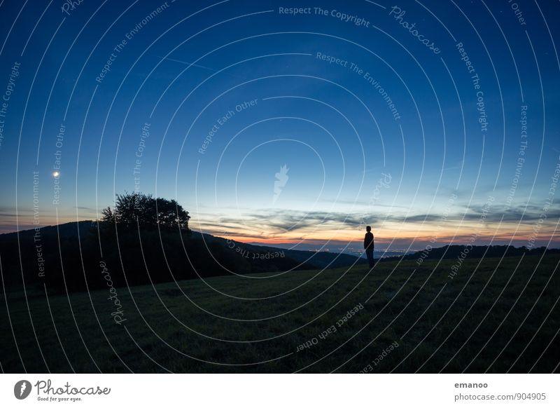 Der Mann und der Mond Mensch Himmel Natur Ferien & Urlaub & Reisen blau Baum Einsamkeit Landschaft Freude Ferne dunkel Erwachsene Berge u. Gebirge Wiese Stil