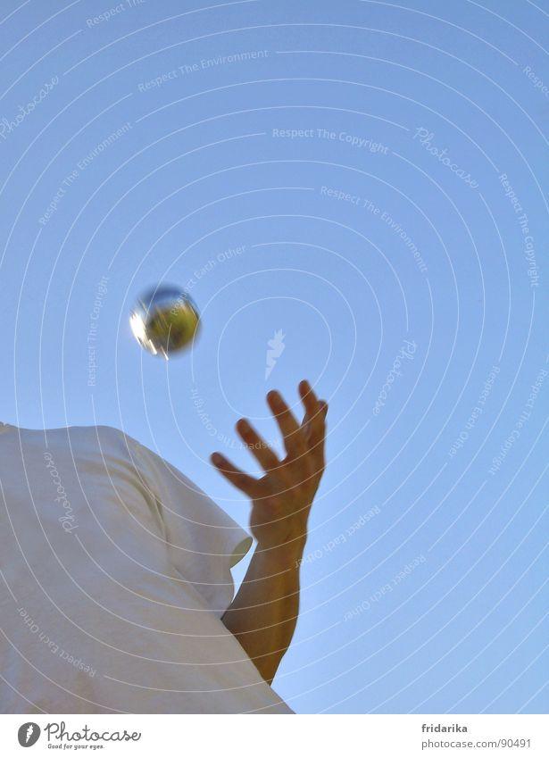 play bowls Mensch blau Hand Spielen Denken fliegen Freizeit & Hobby Arme Finger Ball Konzentration Kugel Frankreich werfen Sportveranstaltung Wolkenloser Himmel