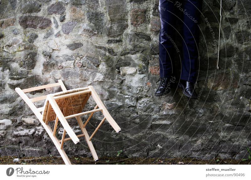 Flucht flüchten Flüchtlinge dunkel Anzug Trauer Verzweiflung Außenaufnahme Schwäche Vergänglichkeit Tod sich umbringen Angst Seil Beine Schrecken