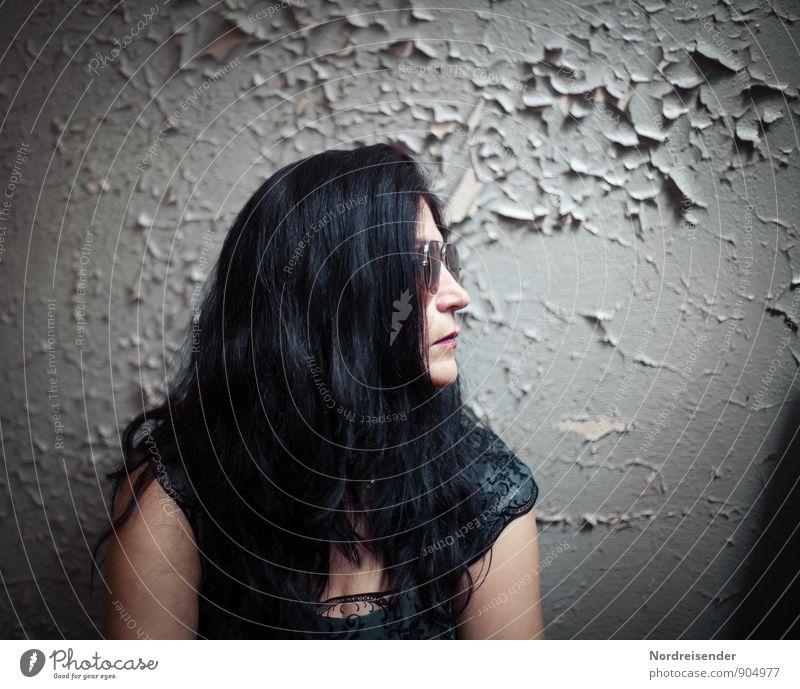 Frau mit langen schwarzen Haaren im Retro Look vor einer alten Wand Lifestyle Stil Mensch feminin Erwachsene 1 Mauer Mode Haare & Frisuren schwarzhaarig