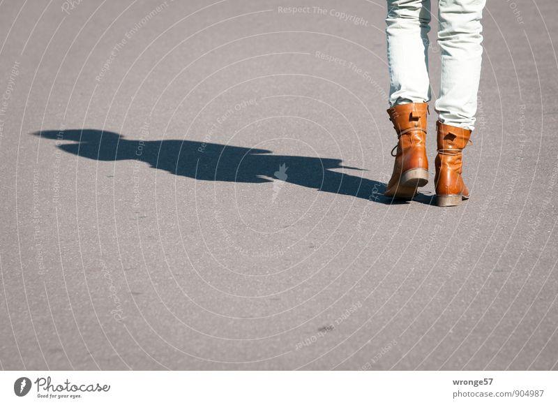 Wandertag Ausflug Mensch feminin Frau Erwachsene Beine 1 45-60 Jahre Bewegung gehen braun grau Rückansicht Straßenbelag Asphalt Sonnenlicht Schatten