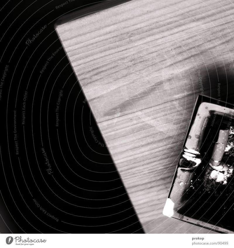 Abaschen dunkel Holz gefährlich Tisch bedrohlich Kommunizieren Rauchen Tabakwaren genießen Wohnzimmer Tiefenschärfe frieren Zigarette Am Rand Geruch