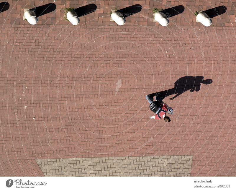 YOU NEVER WALK ALONE Mensch Kerl Mann maskulin gehen Sommer Poller Schatten Mittag Asphalt Rucksack Student Vogelperspektive Luftaufnahme Hubschrauber Stadt